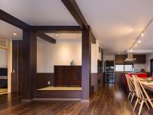 構造上取れない柱がLDKの床柱!~赤いキッチンと和モダンの家~