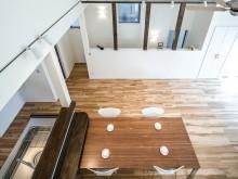 勾配天井で開放的な空間へ