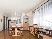飛騨の家具とオーダーメイド家具によるツートンコーディネートの家